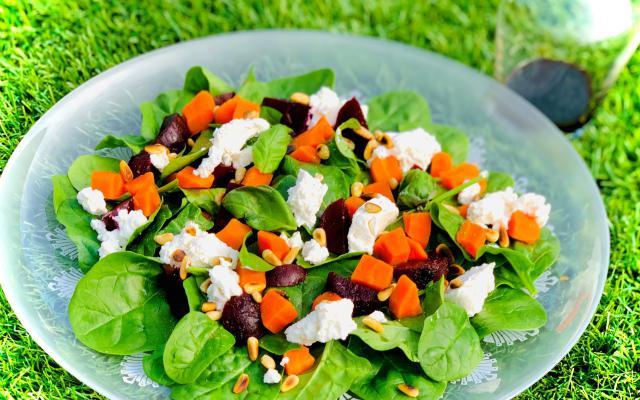 Slaatje met rode biet, spinazie, wortel en ricotta