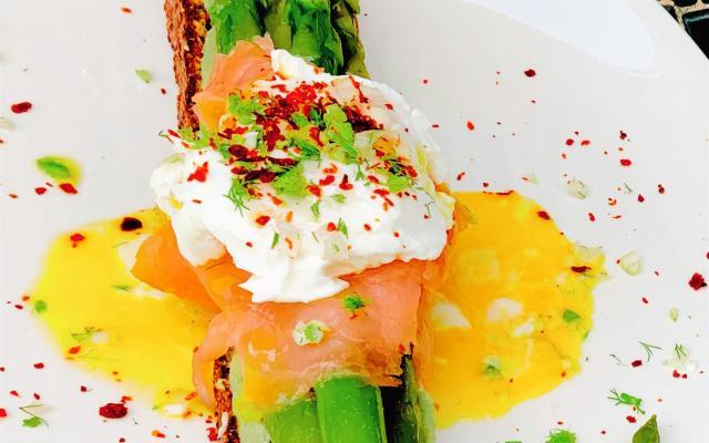Groene asperges op toast met gepocheerd eitje