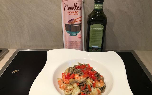 Boekweitpasta met zoete aardappel, pesto, tomaat en scampi's