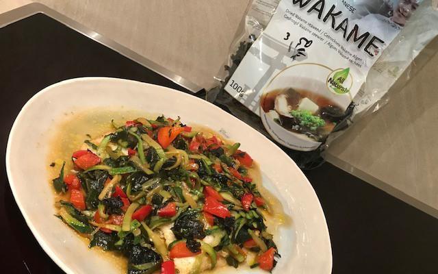 tongscharfilet met wakame, paprika en courgette slierten