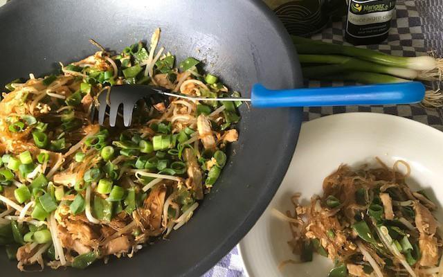 Aziatische wokschotel met kip en kelpnoedels