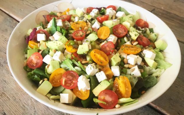 Salade met feta en avocado